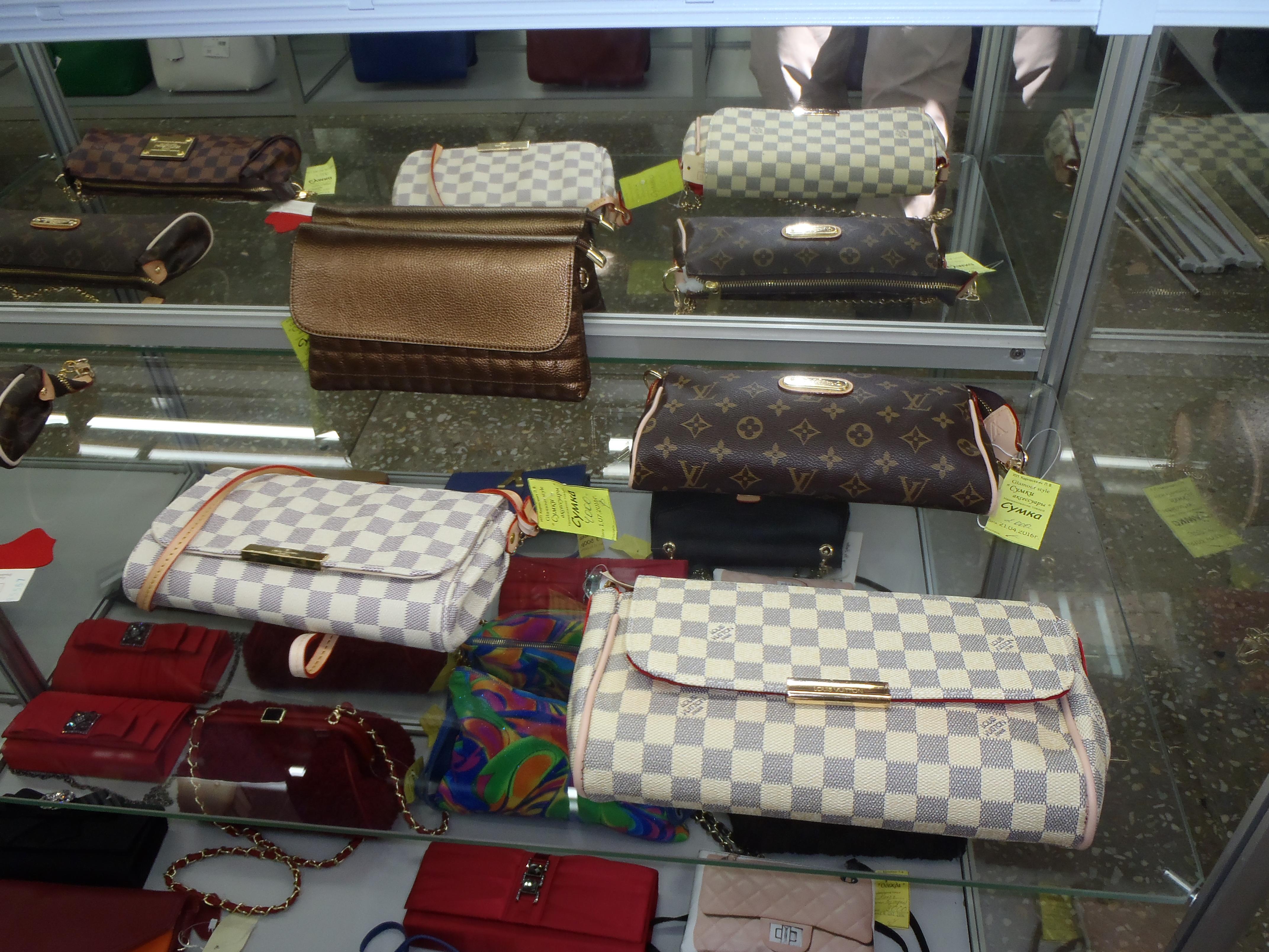 66bbdc4be4cc В пермском торговом центре изъяли большую партию сумок, платков и обуви с  товарными знаками Louis