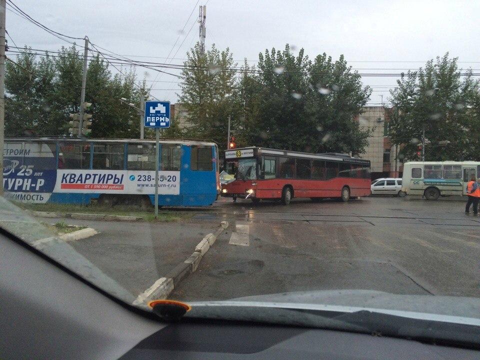 ВПерми автобус врезался втрамвай