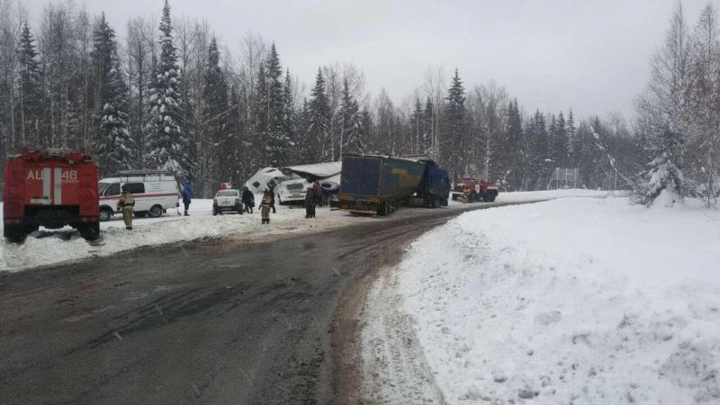 ВПрикамье натрассе столкнулись два грузового автомобиля