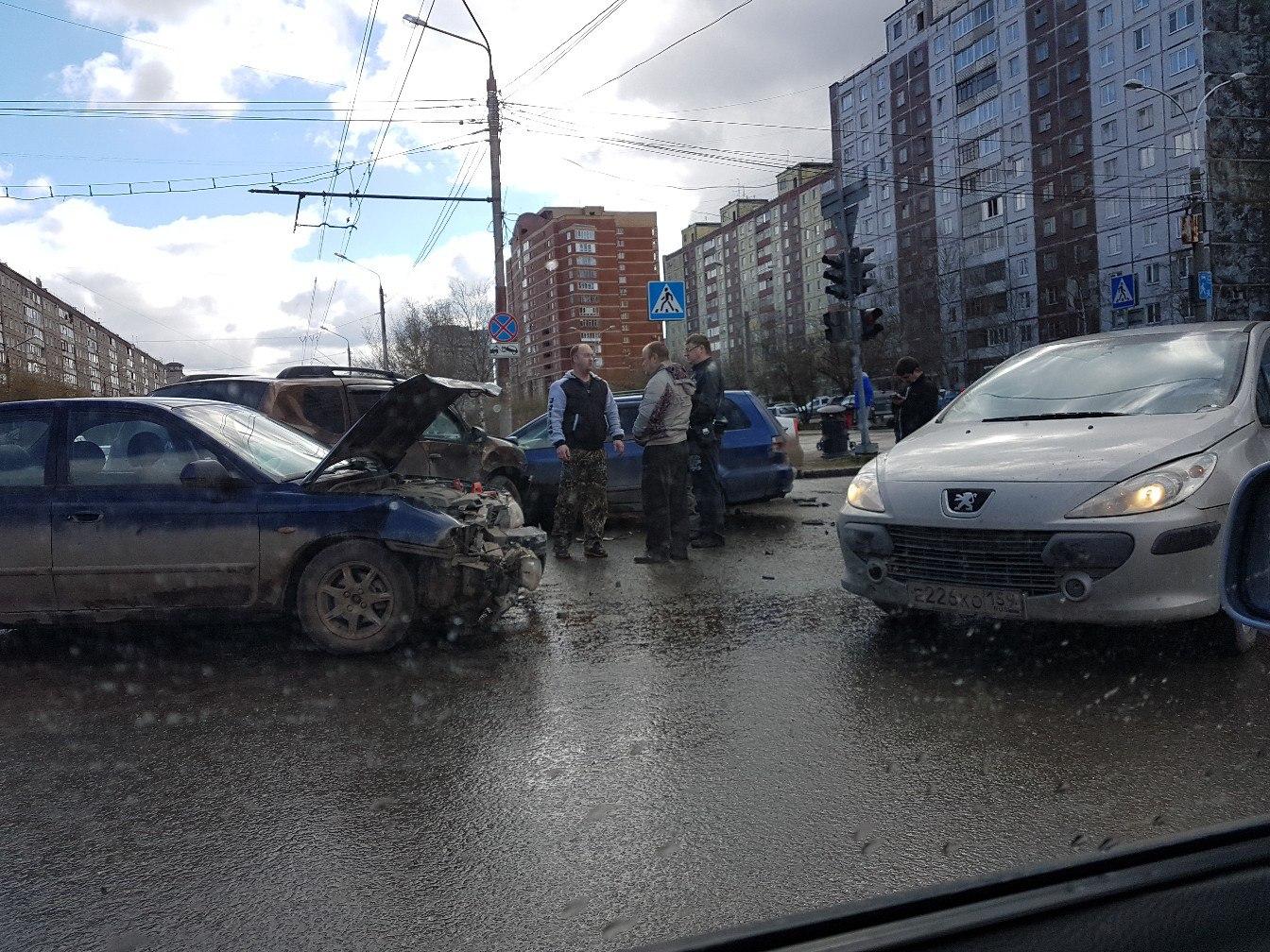 ДТП вПерми: 4 автомобиля столкнулись наулице Желябова