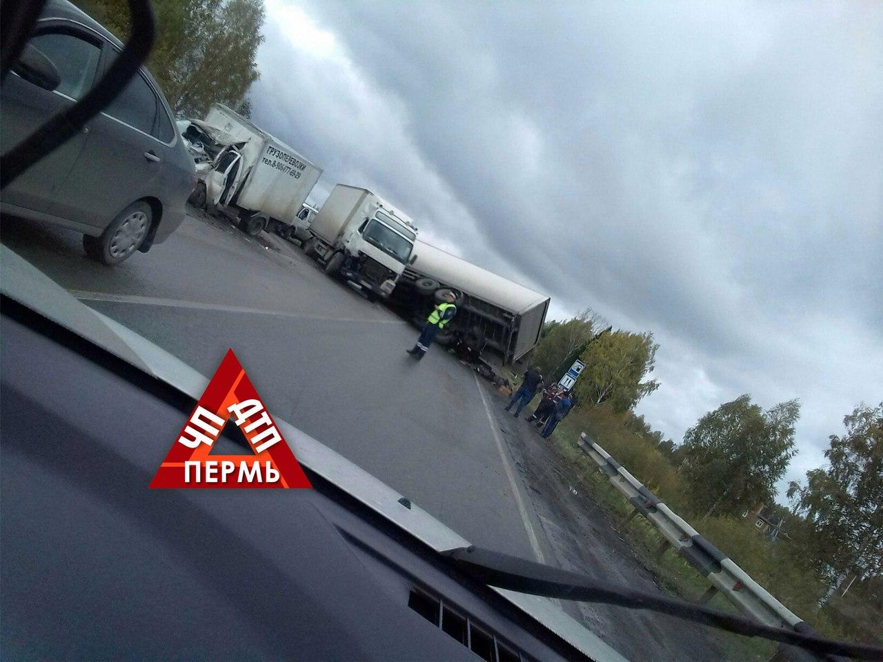 Массовое ДТП: неподалеку от Краснокамска столкнулись три фургона