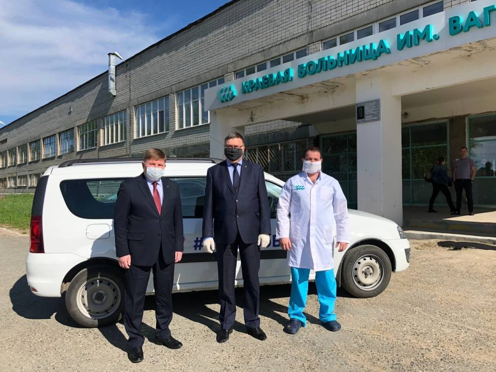 Два автомобиля повышенной вместимости переданы для работы в больницы Березников и Кудымкара