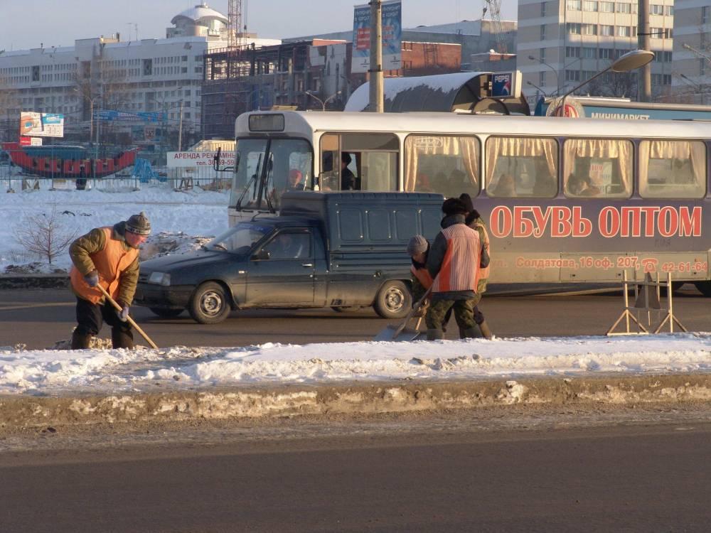 Вместо совещания руководителя районов Перми направились чистить улицы отснега